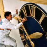 Bild der Vergoldung einer Kirchturmuhr